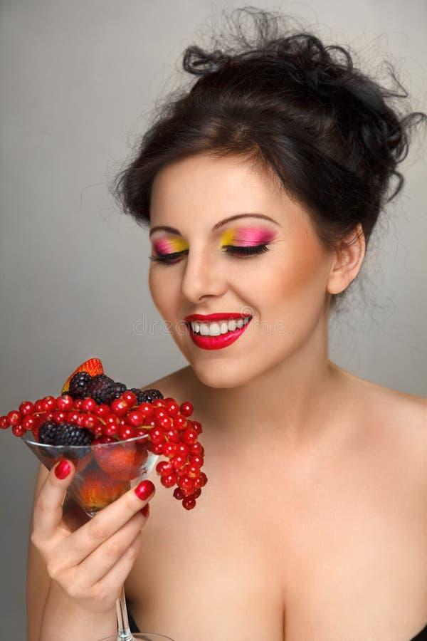 Mujer con la ensalada de fruta imagenes de archivo