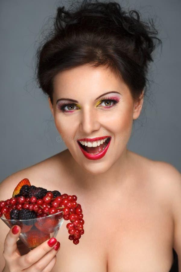 Mujer con la ensalada de fruta fotografía de archivo libre de regalías