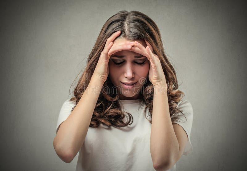 Mujer con la expresión del pesar fotografía de archivo