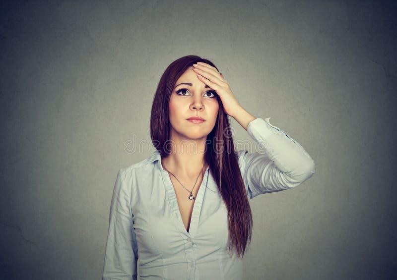 Mujer con la expresión preocupante dudosa imagen de archivo