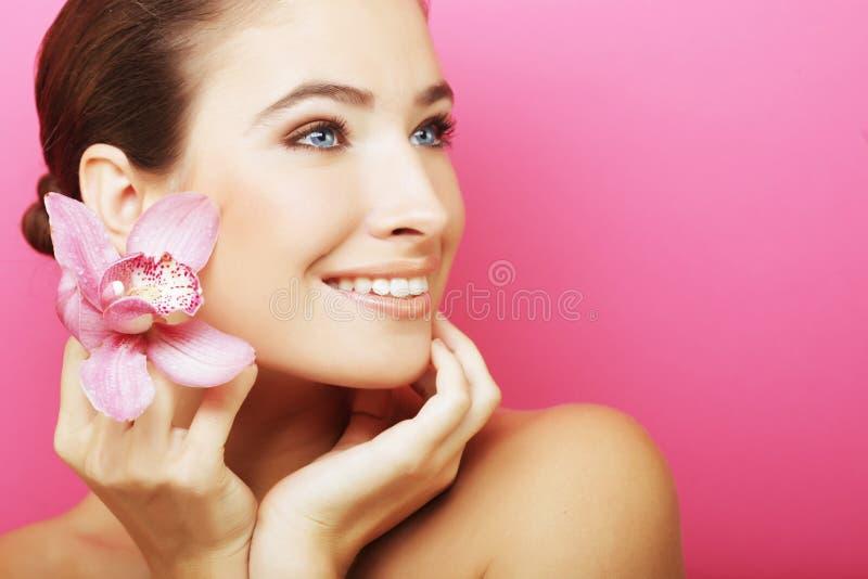mujer con la flor de la orquídea imagen de archivo