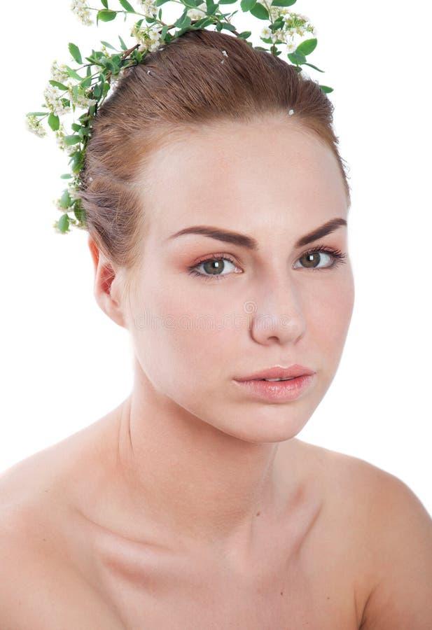 Mujer con la guirnalda de la flor fotos de archivo libres de regalías