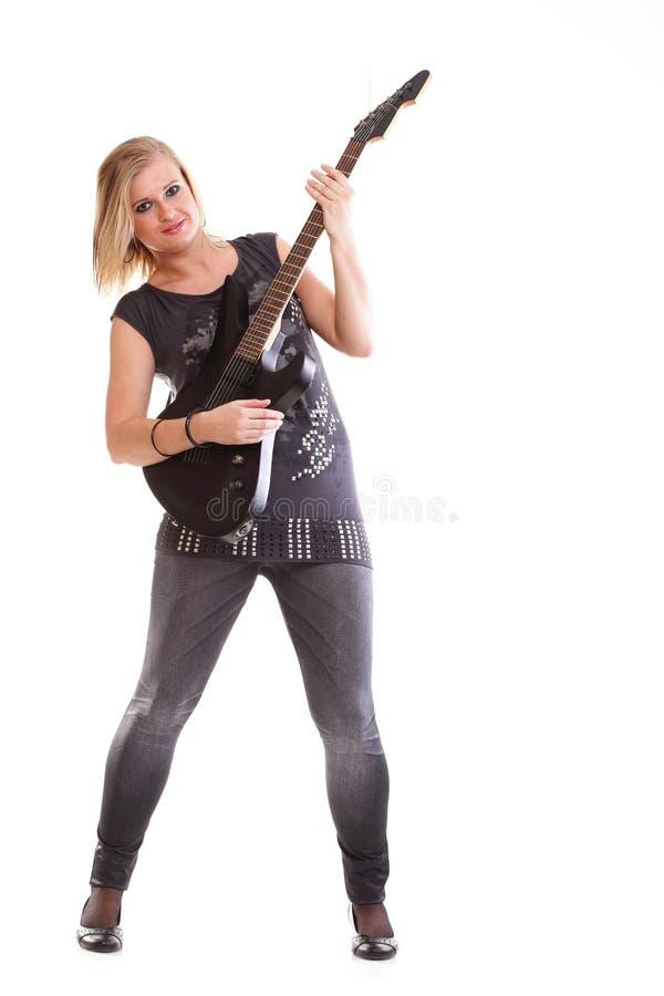 Mujer con la guitarra negra que parece aislada fotografía de archivo libre de regalías