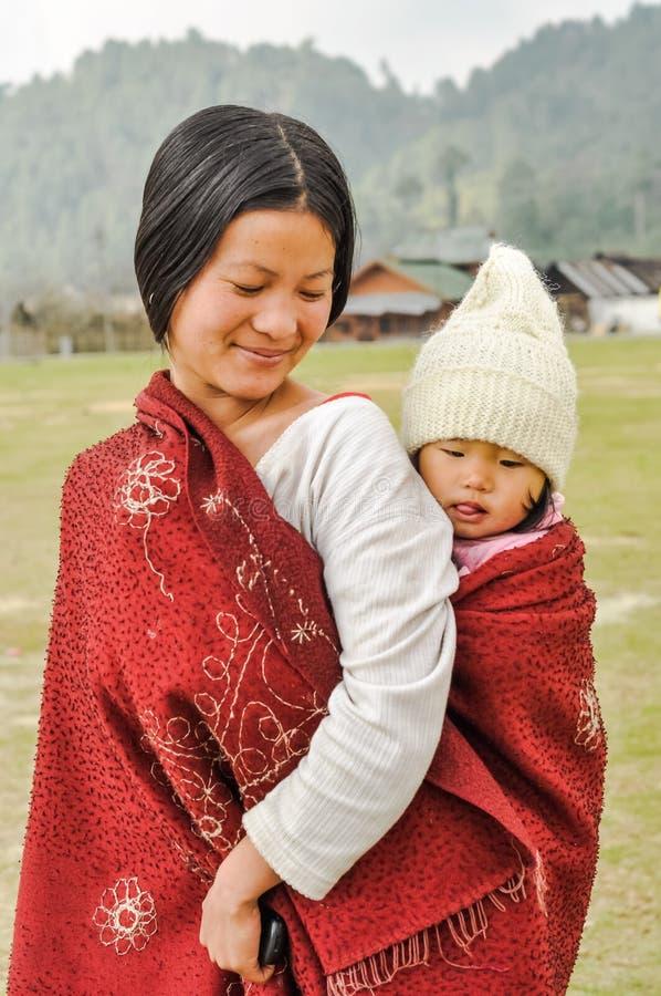 Mujer con la hija en Arunachal Pradesh fotos de archivo