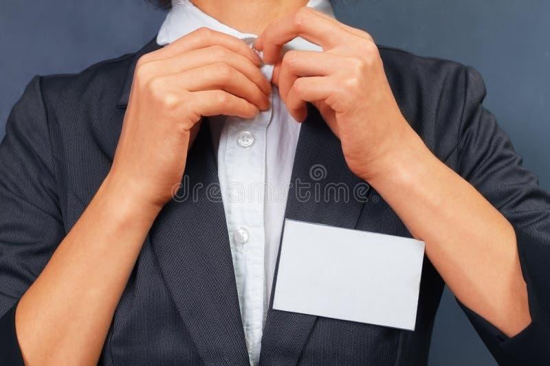 Mujer con la insignia en blanco, copyspace fotos de archivo libres de regalías