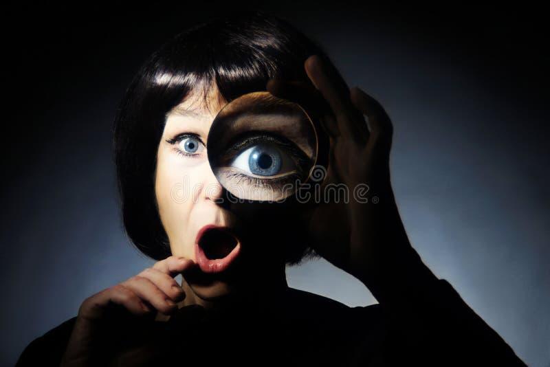 Mujer con la lupa imágenes de archivo libres de regalías