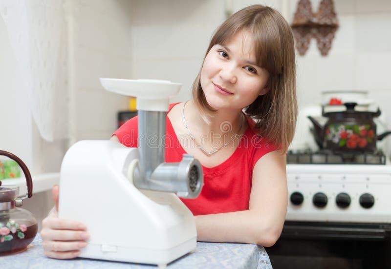 Mujer con la máquina de picar carne eléctrica imagen de archivo libre de regalías