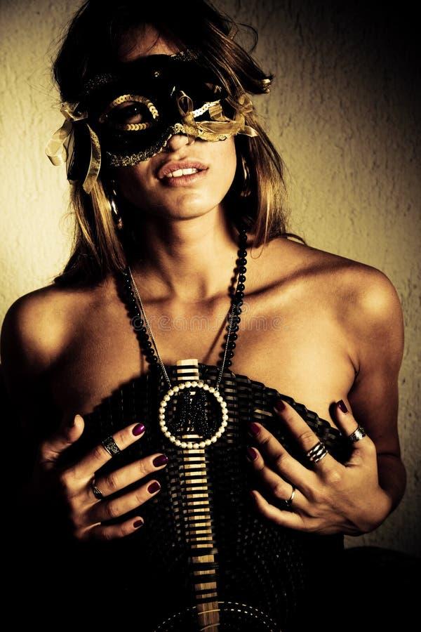 Mujer con la máscara foto de archivo libre de regalías