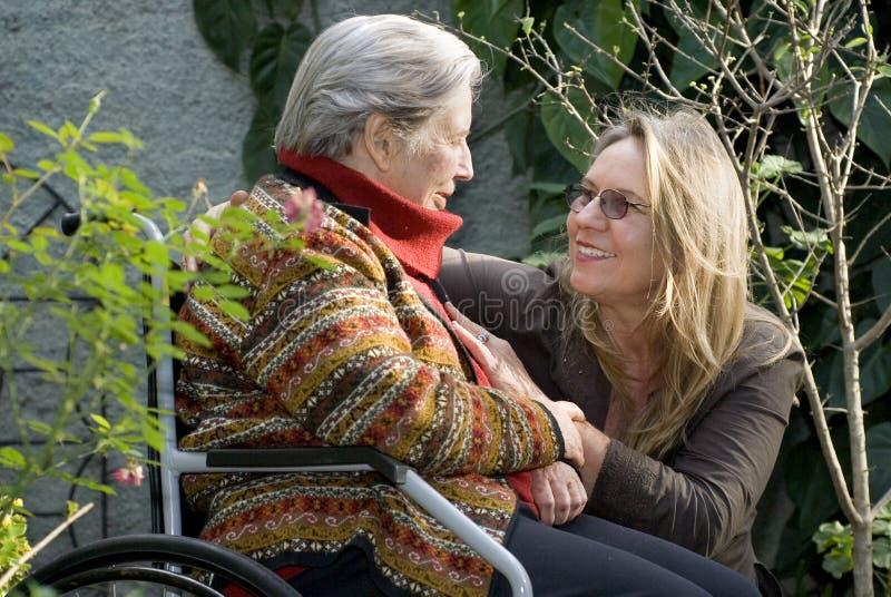 Mujer con la madre en el jardín - horizontal foto de archivo