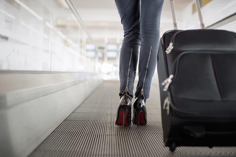 Mujer con la maleta en aeropuerto imagen de archivo