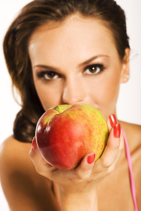 Mujer con la manzana roja imagenes de archivo