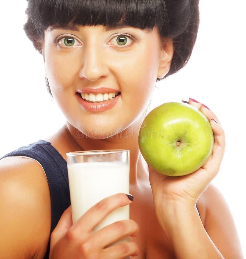 Mujer con la manzana y la leche imagen de archivo libre de regalías