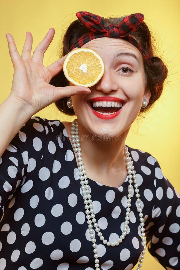 Mujer con la naranja foto de archivo libre de regalías
