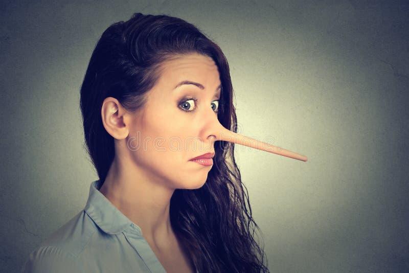 Mujer con la nariz larga Concepto del mentiroso imágenes de archivo libres de regalías