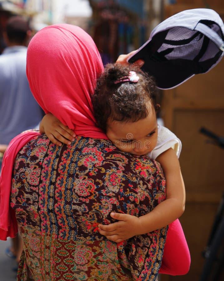 Mujer con la niña en Medina de Essaouira fotos de archivo