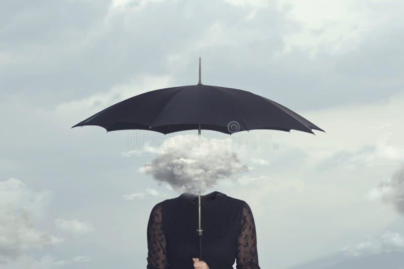 Mujer con la nube principal abrigándose de la lluvia con el paraguas imagenes de archivo