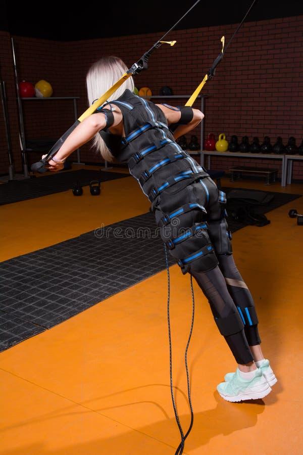 Mujer con la parte posterior en el estímulo muscular eléctrico foto de archivo