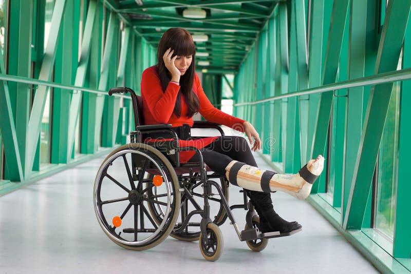 Mujer con la pierna en yeso foto de archivo libre de regalías