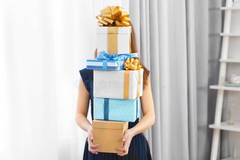 Mujer con la pila de presentes foto de archivo libre de regalías