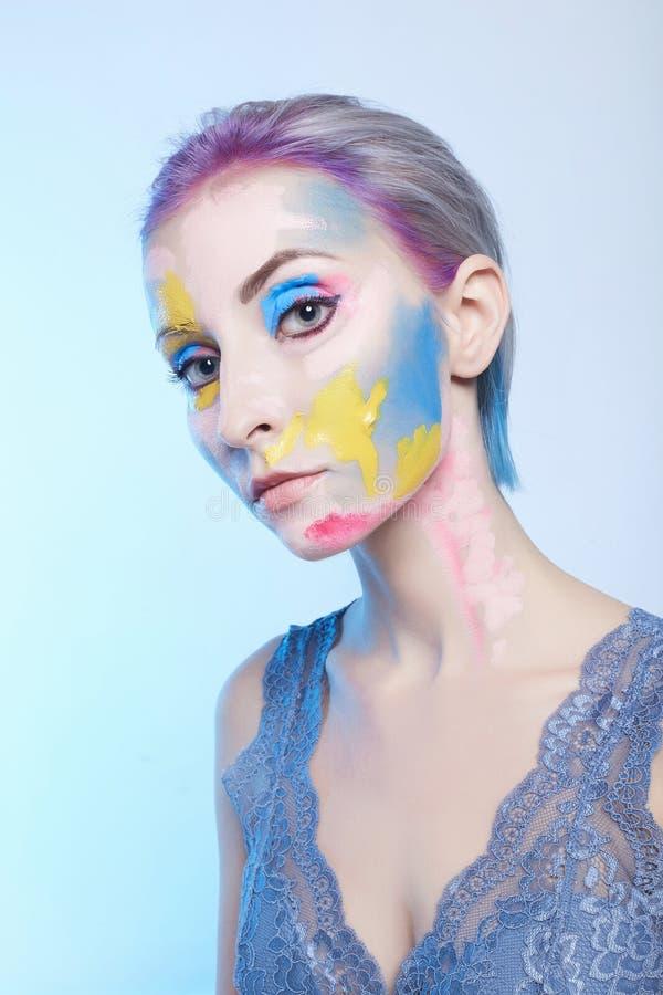 Mujer con la pintura en su cara foto de archivo libre de regalías