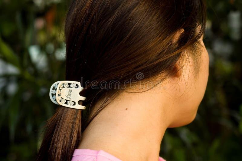 Mujer con la pinza de pelo imagenes de archivo