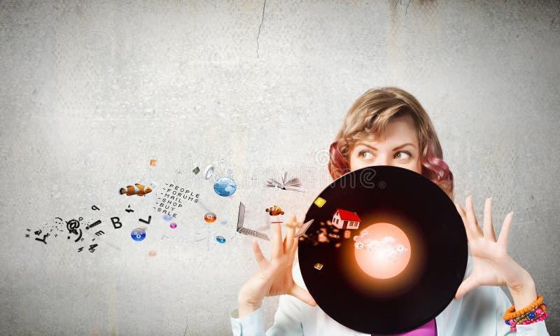 Mujer con la placa del disco fotografía de archivo libre de regalías