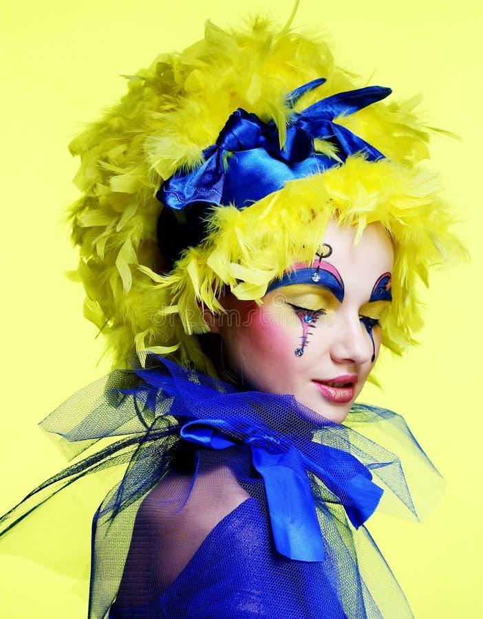 Mujer con la pluma amarilla de la peluca fotografía de archivo libre de regalías