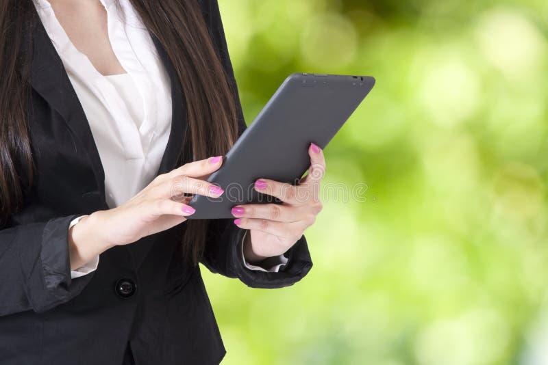 Mujer con la tableta foto de archivo libre de regalías