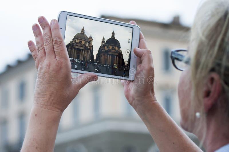 Mujer con la tableta que lleva la imagen las iglesias gemelas imagen de archivo libre de regalías