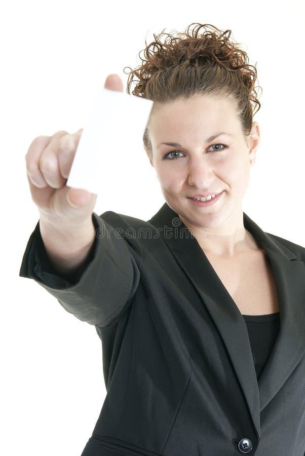 Mujer con la tarjeta de visita en blanco imagen de archivo libre de regalías