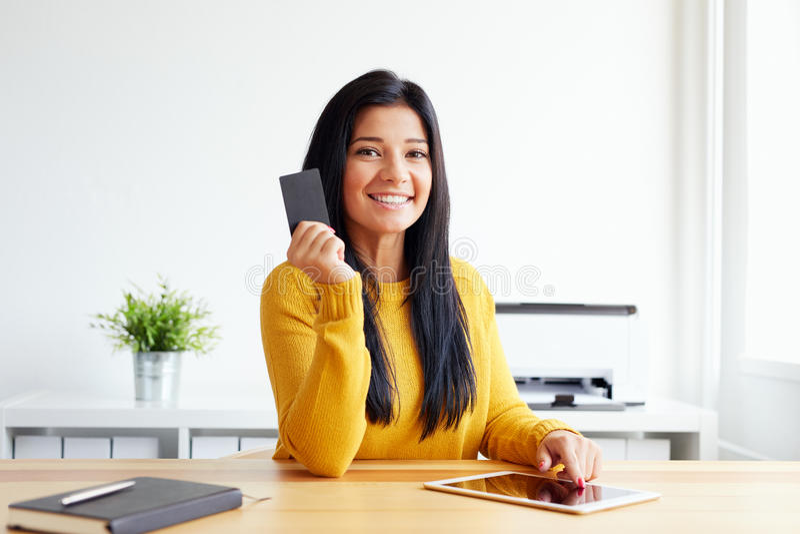 Mujer con la tarjeta y la tableta de crédito imagen de archivo