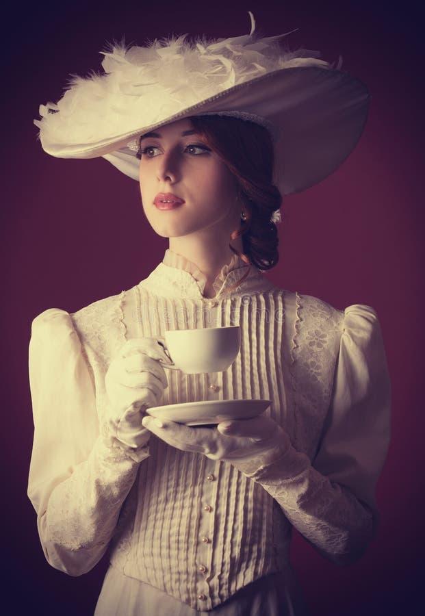 Mujer con la taza de té fotos de archivo