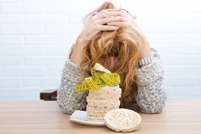 Mujer con la tensión de la dieta fotos de archivo