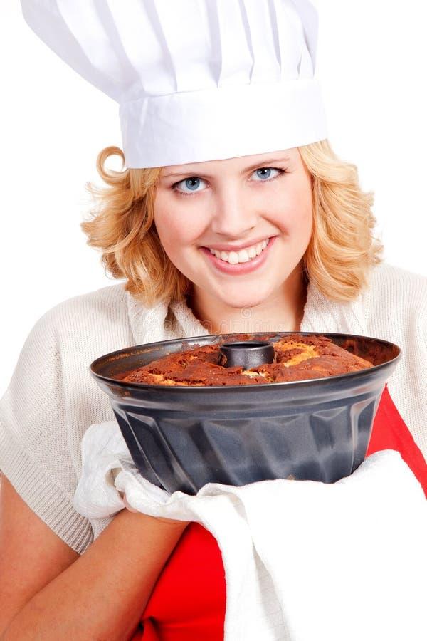 Mujer con la torta del bundt foto de archivo
