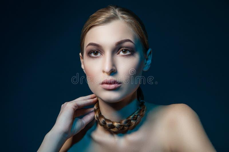 Mujer con la trenza alrededor del cuello imágenes de archivo libres de regalías