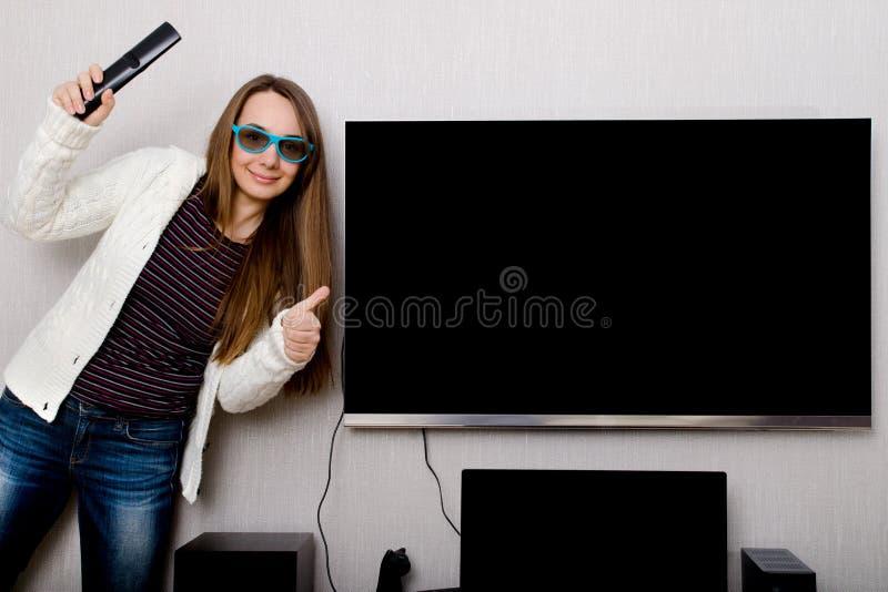 Mujer con la TV fotos de archivo