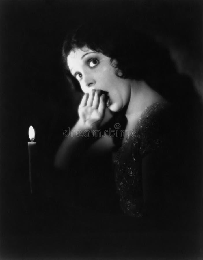 Mujer con la vela que bosteza (todas las personas representadas no son vivas más largo y ningún estado existe Garantías del prove foto de archivo