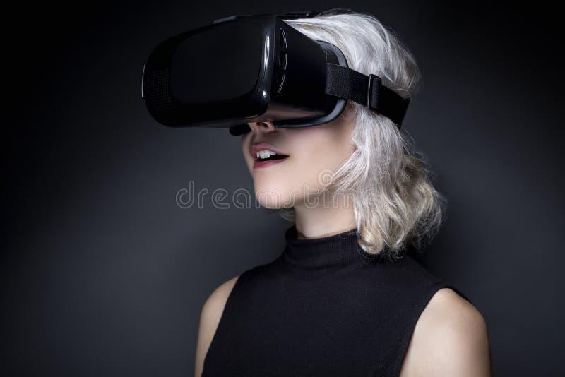 Mujer con las auriculares de la realidad virtual fotografía de archivo libre de regalías