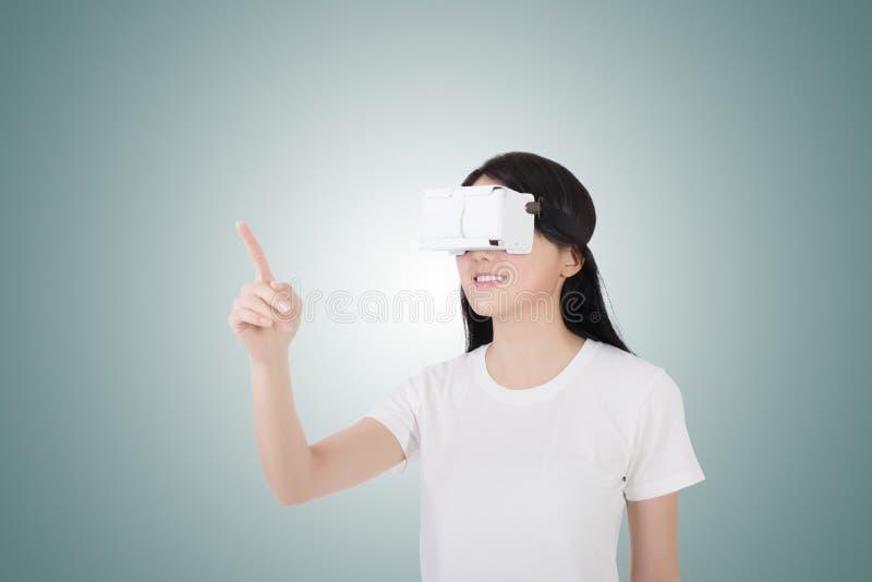 Mujer con las auriculares del vr fotografía de archivo