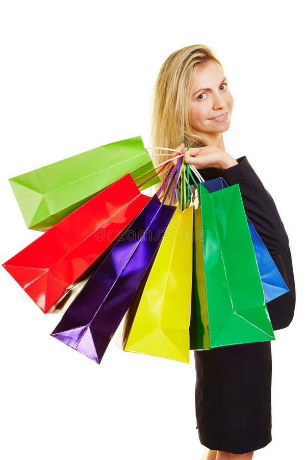 Mujer con las bolsas de plástico mientras que hace compras fotografía de archivo