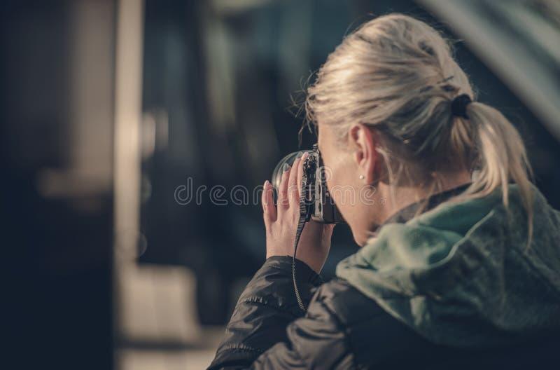 Mujer con las cámaras digitales foto de archivo libre de regalías