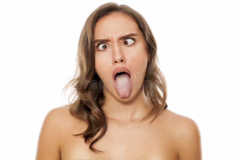 Mujer con las caras divertidas foto de archivo