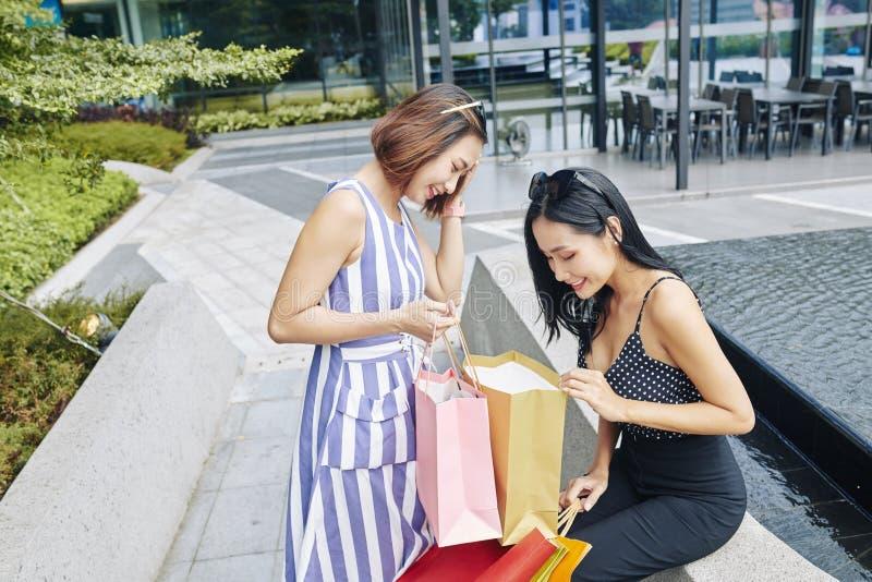 Mujer con las compras en el parque fotos de archivo libres de regalías