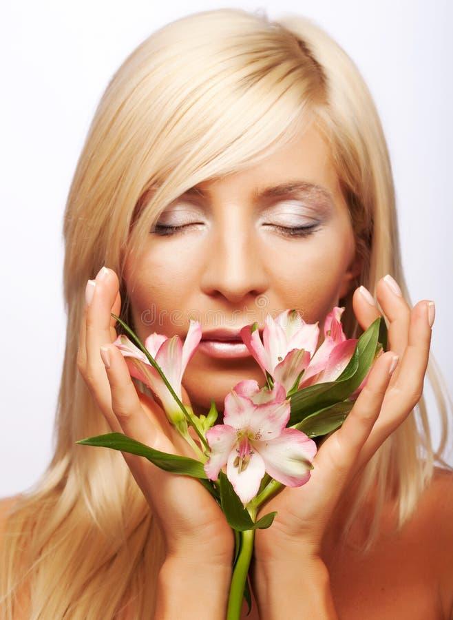 Mujer con las flores aisladas en blanco imágenes de archivo libres de regalías