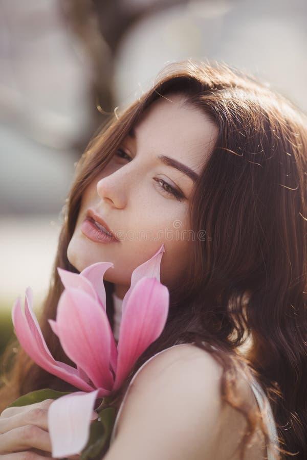 Mujer con las flores al aire libre fotos de archivo libres de regalías