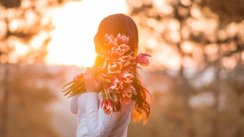 Mujer con las flores de la primavera imágenes de archivo libres de regalías