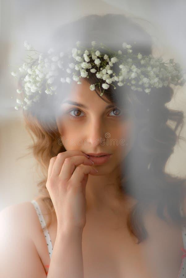 Mujer con las flores en pelo imagen de archivo