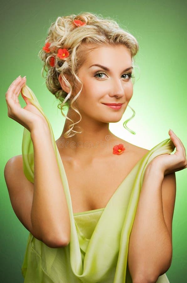 Mujer con las flores frescas imagenes de archivo