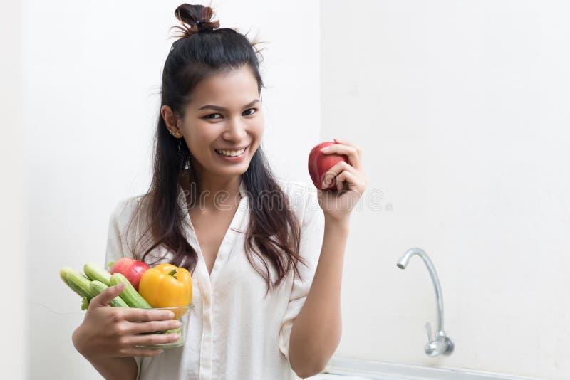Mujer con las frutas y verdura imagen de archivo libre de regalías