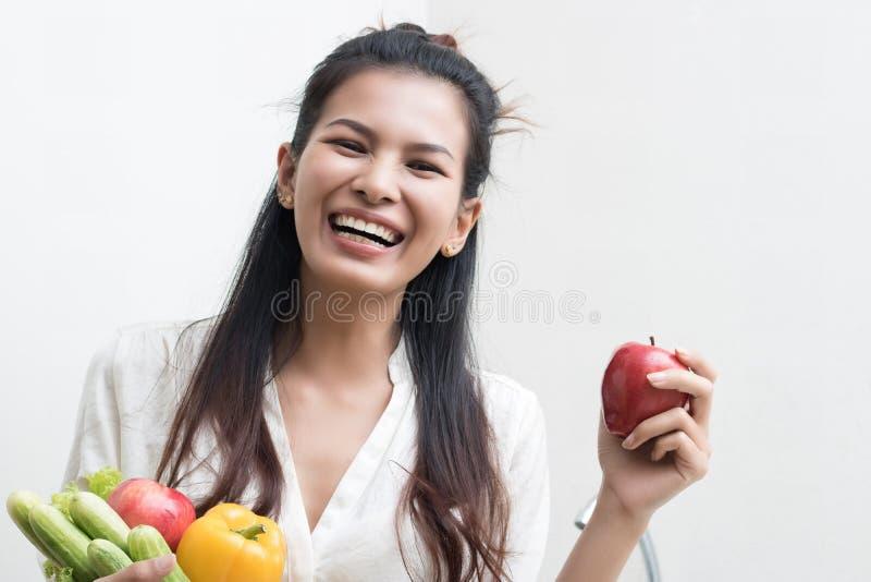 Mujer con las frutas y verdura fotografía de archivo libre de regalías